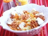 Лесна салата с ябълки, моркови, орехи и синьо сирене